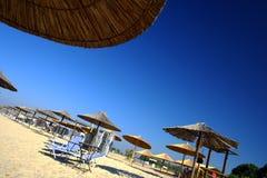 Praia com guarda-chuvas foto de stock royalty free