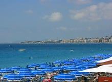 Praia com guarda-chuvas azuis 2 Fotos de Stock Royalty Free