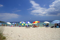 Praia com guarda-chuvas coloridos imagens de stock royalty free
