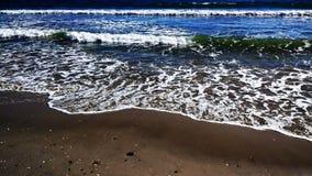 Praia com inchamento imagens de stock royalty free