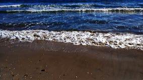Praia com inchamento fotografia de stock royalty free