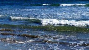 Praia com inchamento imagens de stock