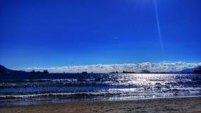 Praia com inchamento foto de stock