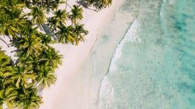 Praia com litoral bonito Paisagem tropical imagens de stock