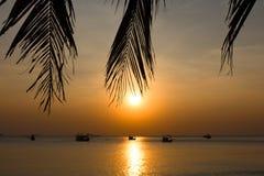 Praia com luz solar natural e barcos de pesca fotos de stock