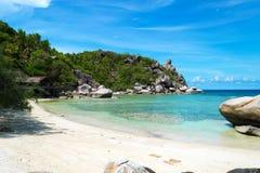 A praia com mar azul e pedra na ilha de Koh Chang em Tailândia Imagem de Stock
