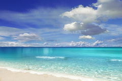 Praia com nuvens Imagem de Stock Royalty Free