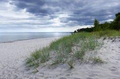 Praia com nuvens de tempestade imagem de stock