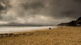 Praia com nuvens tormentosos Fotografia de Stock