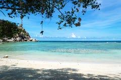 A praia com o mar azul na ilha de Koh Chang em Tailândia Fotografia de Stock Royalty Free