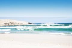 Praia com ondas Fotos de Stock Royalty Free
