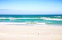 Praia com ondas Imagem de Stock