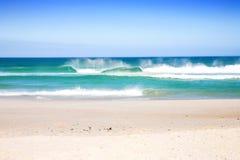 Praia com ondas Imagens de Stock