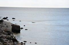 Praia com os grandes pedregulhos da rocha imagem de stock royalty free