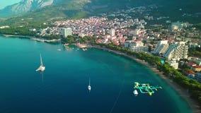 Praia com os pinheiros verdes na costa adriático Makarska Croácia europa video estoque