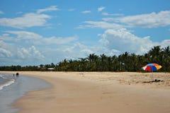 Praia com parasol fotografia de stock royalty free