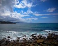 Praia com pedras, céu nebuloso do mar do seixo foto de stock