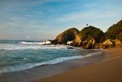 Praia com rochas Imagens de Stock