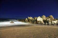 Praia com rochas Fotografia de Stock Royalty Free