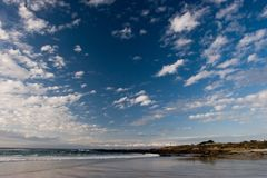 Praia com rochas Foto de Stock Royalty Free