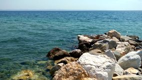 Praia com rochas e água de cristal na área de Nikiti Halkidiki Grécia filme