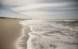 Praia com skyline Imagens de Stock