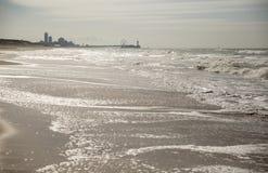 Praia com skyline Imagem de Stock Royalty Free