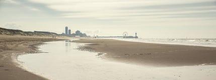 Praia com skyline Foto de Stock Royalty Free