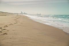 Praia com skyline Fotografia de Stock