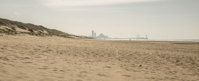 Praia com skyline Fotos de Stock
