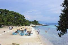 Praia com Sunbeds Foto de Stock Royalty Free
