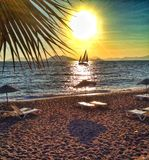 Praia com veleiro Fotografia de Stock Royalty Free