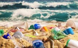 Praia completamente do desperdício plástico fotografia de stock