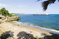 Praia contaminada pelo lixo, pelos pl?sticos e pelas ?guas residuais na cidade de Santo Domingo, Rep?blica Dominicana, onde a cor fotos de stock royalty free