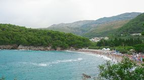Praia contra as montanhas altas montenegro foto de stock