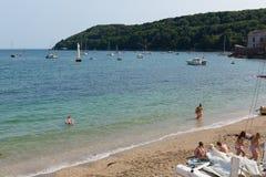 Praia Cornualha Inglaterra Reino Unido de Kingsand na península de Rame que negligencia o som de Plymouth Fotos de Stock