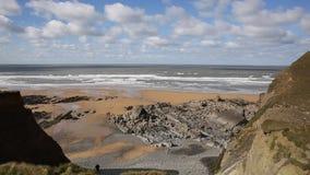 Praia Cornualha norte Inglaterra Reino Unido de Sandymouth no trajeto sul da costa oeste vídeos de arquivo
