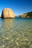 Praia cristalina do mar em Niteroi, Brasil fotos de stock