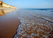 Praia da areia de Idillic na costa atlântica Foto de Stock