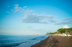 Praia da areia do preto de Amed Fotografia de Stock Royalty Free