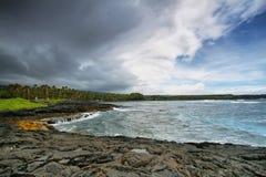 Praia da areia do preto de Punalu'u Imagens de Stock Royalty Free