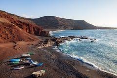 Praia da areia e barco de pesca pretos originais no EL Golfo, Lanzarote, Fotos de Stock