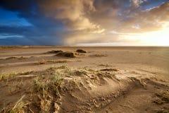 Praia da areia e céu dramático foto de stock royalty free
