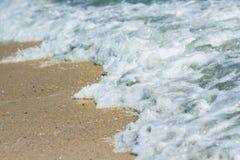 Praia da areia e espuma do mar foto de stock royalty free