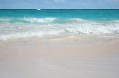 Praia da areia e fundo tropicais do oceano Fotografia de Stock