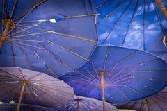 A praia da areia e o guarda-chuva de cha-estão praia fotos de stock royalty free