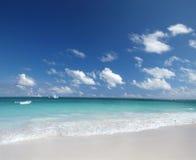 Praia da areia e oceano tropicais de Caribben fotografia de stock royalty free