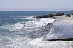 Praia DA Azarujinha, plage à Estoril, Portugal vue de côté vers l'océan Images libres de droits