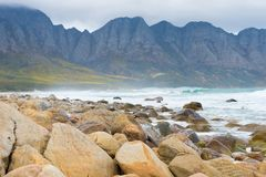 Praia da baía de Kogel, situada ao longo da rota 44 na zona oriental da baía falsa perto de Cape Town, África do Sul fotos de stock royalty free