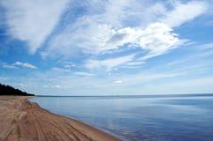 Praia da beira do lago de Sandy Fotografia de Stock Royalty Free